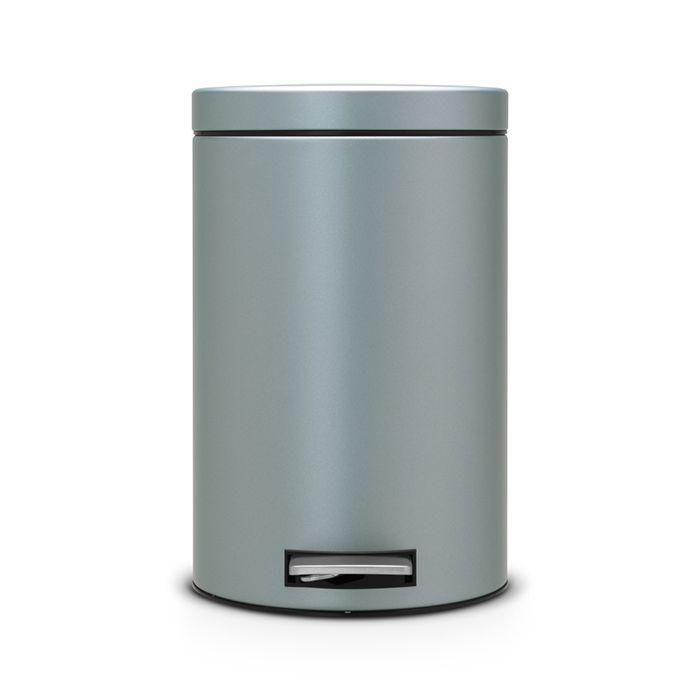 Ведро для мусора с педалью Brabantia 5л, цвет: мятный металик4606400105459Идеальное решение для ванной комнаты и туалета!Предотвращает распространение запахов - прочная не пропускающая запахи металлическая крышка;Плавное и бесшумное открывание/закрывание крышки; Надежный педальный механизм, высококачественные коррозионно-стойкие материалы;Удобная очистка – прочное съемное внутреннее ведро из пластика; Бак удобно перемещать - прочная ручка для переноски; Отличная устойчивость даже на мокром и скользком полу – противоскользящее основание; Предохранение пола от повреждений - пластиковый защитный обод;Всегда опрятный вид - идеально подходящие по размеру мешки для мусора с завязками (размер B); 10-летняя гарантия Brabantia.