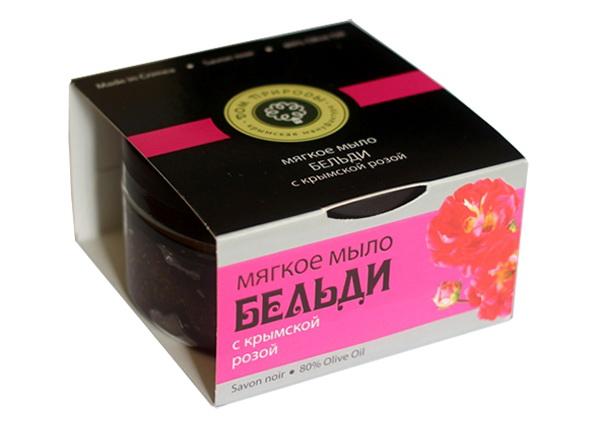 Мануфактура Дом природы Мыло-скраб Бельди с крымской розой, 200 гFS-00897Роза – не только королева цветов и ароматов, но и символ женской красоты и молодости. Розовая вода освежает и тонизирует, экстракт розы устраняет пигментные пятна, улучшает цвет кожи и укрепляет кровеносные сосуды. Молотые косточки абрикоса и лепестки чайной розы служат природным скрабом, а масло жожоба питает, смягчает и разглаживает кожу.