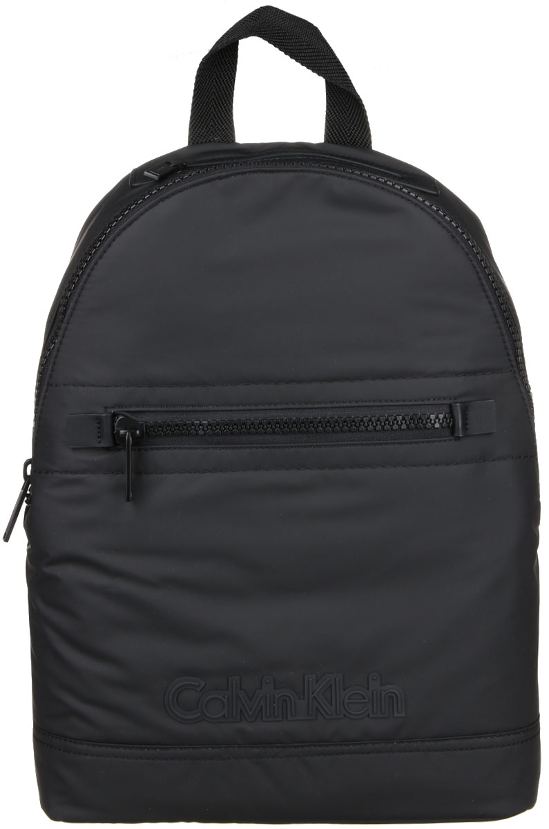 Рюкзак мужской Calvin Klein Jeans, цвет: черный. K50K502065_001S76245Практичный рюкзак Calvin Klein выполнен из полиуретана, оформлен символикой бренда. Изделие содержит одно большое отделение, которое закрывается на застежку-молнию. Внутри модель дополнена накладным карманом для планшета и прорезным на застежке-молнии. Лицевая и верхняя части рюкзака дополнены прорезными карманами на застежке-молнии. Рюкзак оснащен широкими лямками регулируемой длины и петлей для подвешивания. В комплекте с изделием поставляется чехол для хранения.Стильный рюкзак идеально подчеркнет ваш неповторимый стиль.