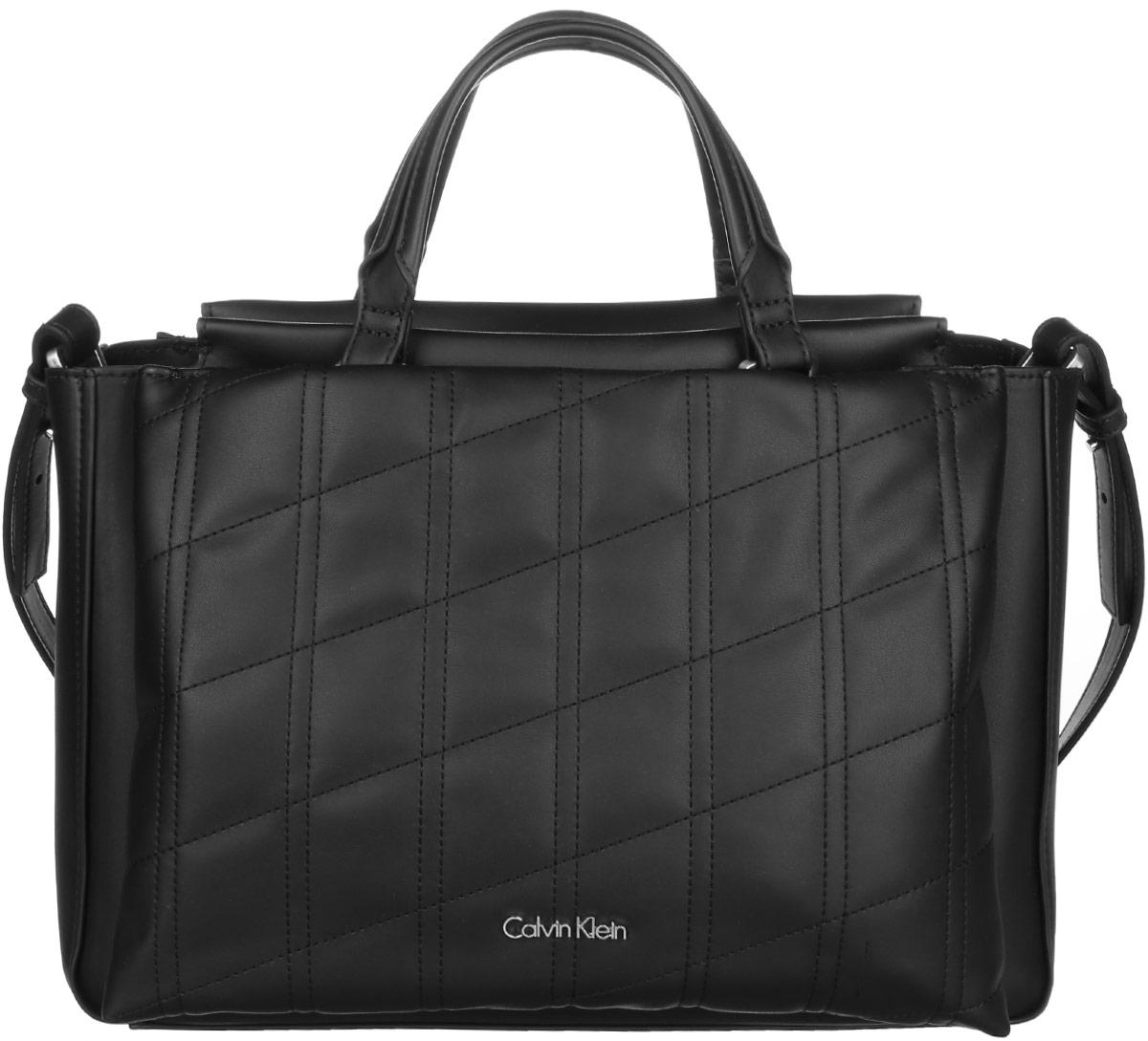 Сумка женская Calvin Klein Jeans, цвет: черный. K60K602088_001023008Стильная сумка Calvin Klein Jeans выполнена из полиуретана. Изделие содержит одно большое отделение, которое закрывается на застежку-молнию. Внутри сумки размещен один накладной карман на застежке-молнии. Сумка оснащена плечевым ремнем регулируемой длины. Снаружи спереди и сзади сумка оснащена большими накладными карманами на магнитных замках. Оформлена модель металлической пластиной с названием бренда и небольшим брелоком. В комплекте с изделием поставляется чехол для хранения.