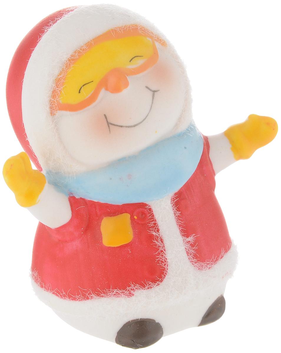 Фигурка новогодняя Феникс-Презент Снеговик-лыжник, высота 7,9 см41662Новогодняя декоративная фигурка Феникс-Презент Снеговик-лыжник прекрасно подойдет для праздничного декора вашего дома. Сувенир изготовлен из керамики в виде забавного снеговика. Такая оригинальная фигурка красиво оформит интерьер вашего дома или офиса в преддверии Нового года. Создайте в своем доме атмосферу веселья и радости, украшая его всей семьей красивыми игрушками, которые будут из года в год накапливать теплоту воспоминаний.