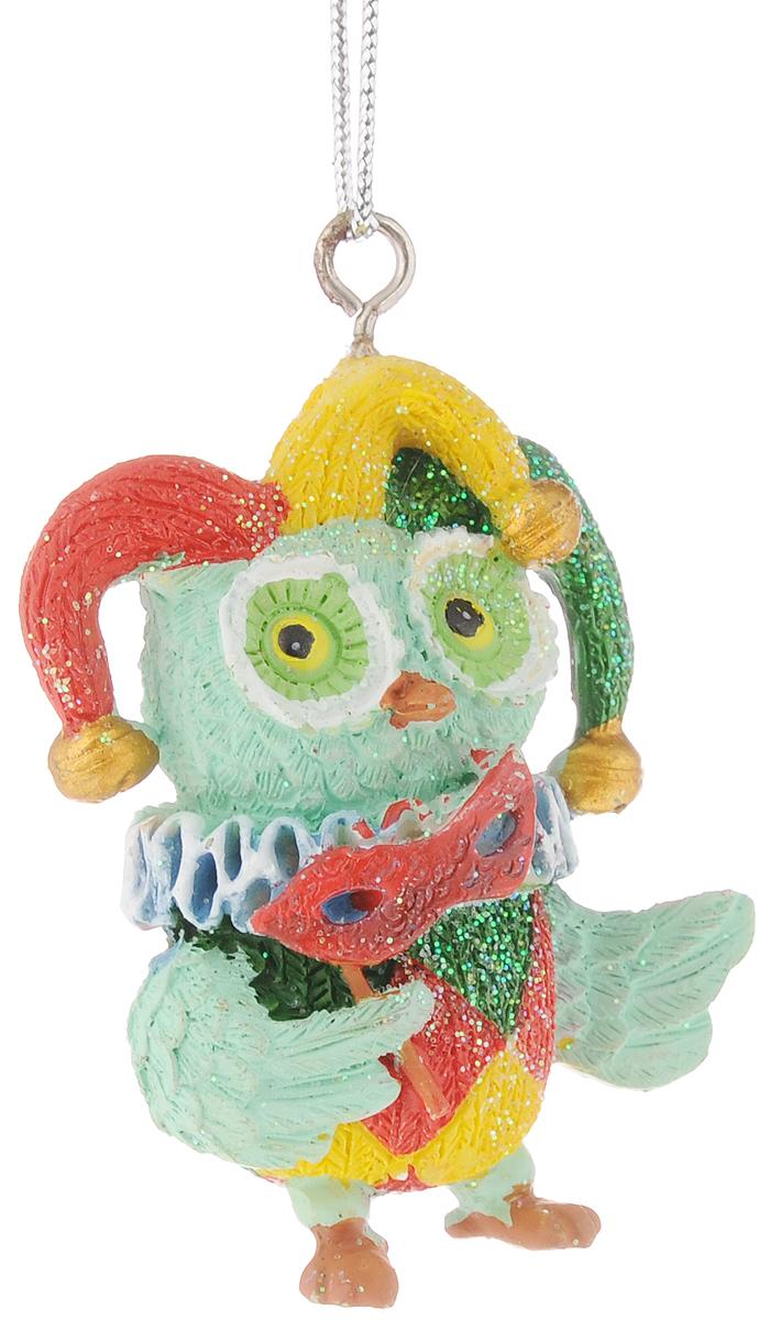 Украшение новогоднее подвесное Феникс-Презент Сова-клоун, высота 5,8 см804833_белыйНовогоднее подвесное украшение Феникс-Презент Сова-клоун выполнено из полирезины в виде совы и украшено блестками. С помощью специальной петельки украшение можно повесить в любом понравившемся вам месте. Но, конечно, удачнее всего оно будет смотреться на праздничной елке.Елочная игрушка - символ Нового года. Она несет в себе волшебство и красоту праздника. Создайте в своем доме атмосферу веселья и радости, украшая новогоднюю елку нарядными игрушками, которые будут из года в год накапливать теплоту воспоминаний.