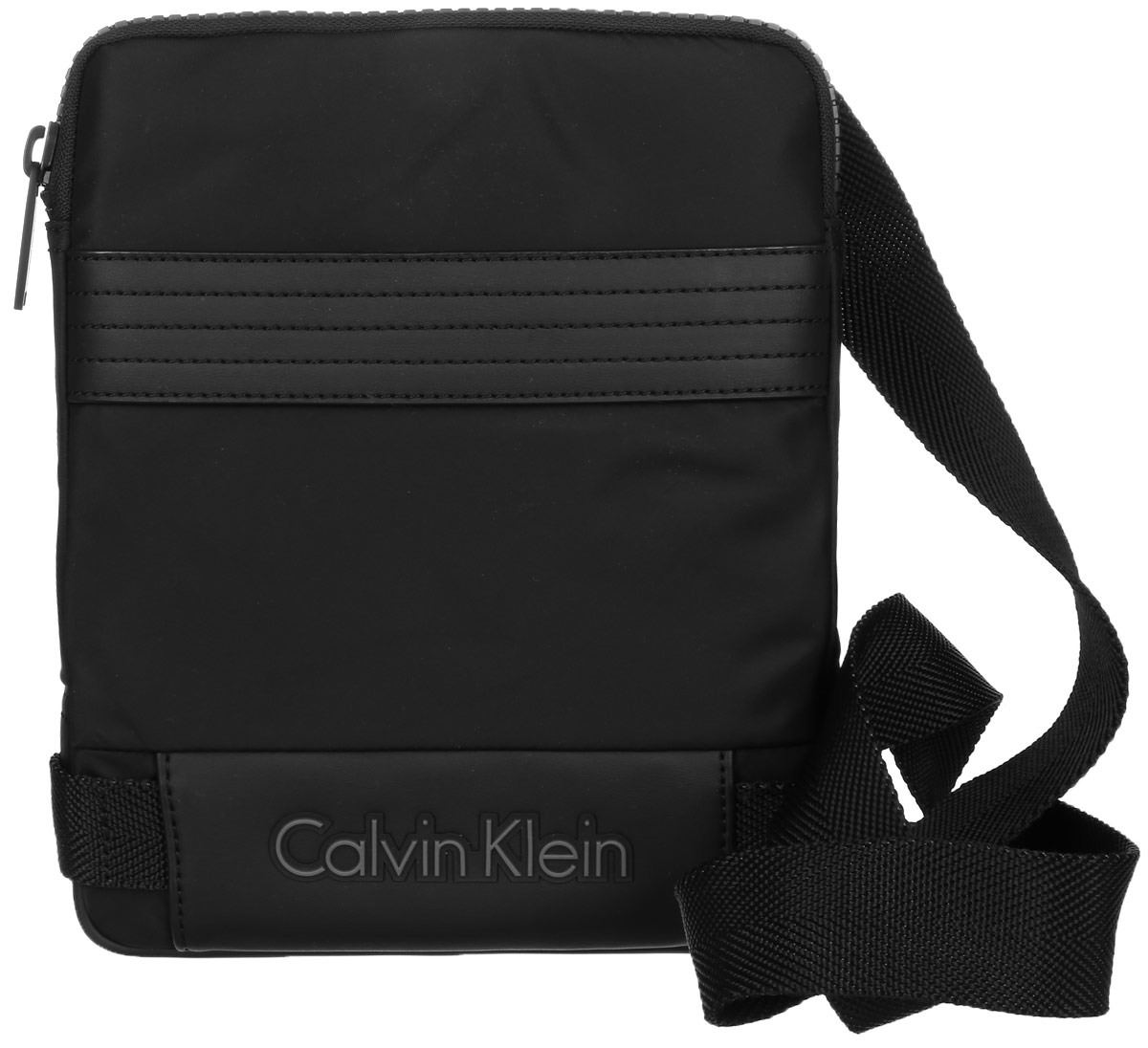 Сумка мужская Calvin Klein Jeans, цвет: черный. K50K502037_00110130-11Стильная сумка Calvin Klein Jeans выполнена из полиамида и нейлона. Изделие содержит одно большое отделение, которое закрывается на застежку-молнию. Внутри сумки размещены один кармашек на застежке-молнии и один накладной открытый. Спереди сумка так же дополнена открытым накладным карманом. Сумка оснащена плечевым ремнем регулируемой длины. Оформлена модель надписью с названием бренда. В комплекте с изделием поставляется чехол для хранения.