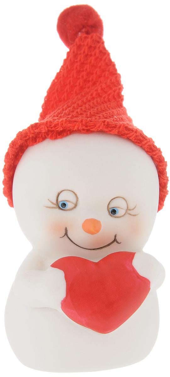 Фигурка новогодняя Феникс-Презент Влюбленный, высота 8,2 смSM-SET3Новогодняя фигурка Феникс-презент Влюбленный выполнена в виде фигурки снеговика с сердечком. Такая фигурка поможет вам украсить дом в преддверии Нового года, а также станет приятным подарком, который надолго сохранит память этого волшебного времени года.Новогодние украшения всегда несут в себе волшебство и красоту праздника. Создайте в своем доме атмосферу тепла, веселья и радости, украшая его всей семьей.Материал: керамика.Размеры: 5,5 х 5,7 х 8,2 см.