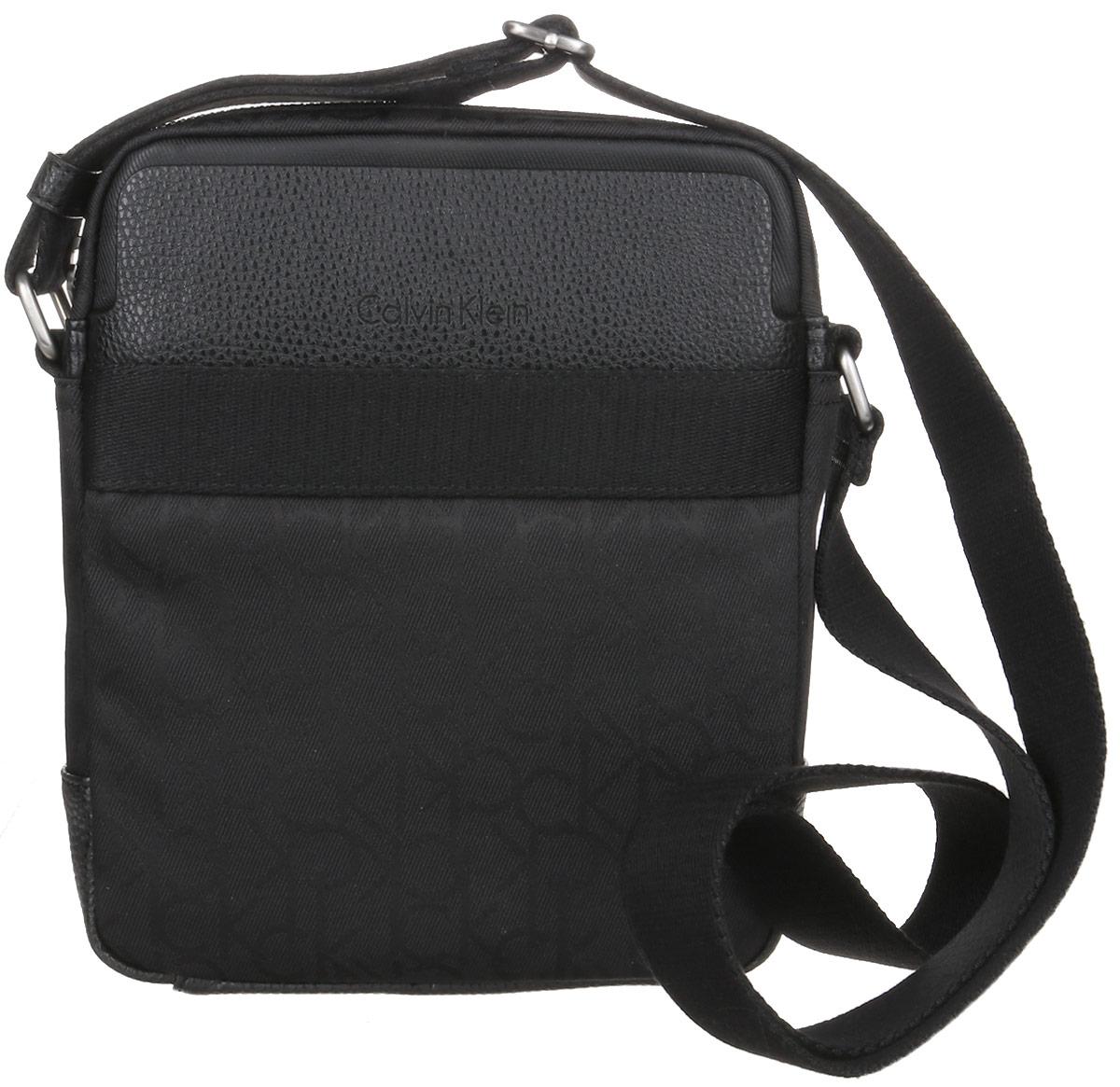 Сумка мужская Calvin Klein Jeans, цвет: черный. K50K502115_00123008Стильная сумка Calvin Klein Jeans выполнена из искусственной кожи, оформлена символикой бренда. Изделие содержит одно отделение, которое закрывается на застежку-молнию. Внутри сумки размещен один накладной кармашек для мелочей и один прорезной на застежке-молнии. Спереди расположен один накладной карман на магнитном замке. Сумка оснащена плечевым ремнем регулируемой длины. В комплекте с изделием поставляется чехол для хранения.