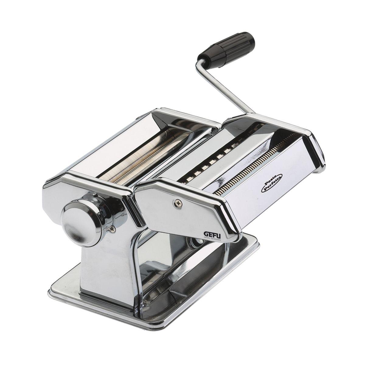 Машинка для пасты Gefu, с 2 насадками68/5/4Машинка «Де люкс» изготовлена из нержавеющей стали. У машинки нескользкое основание, можно прикрепить к столу. Регулируемое раскатывание теста (9 вариантов толщины): от 0, 2 мм до 3 мм. Ширина раскатываемого теста 14, 5 см. В наборе: машина с валиком для раскатывания теста, наконечник для приготовления макаронов равиоли, наконечник для ленточой пасты и спагетти, наконечник для фигурной лапши и вермишелей, ролик для резки листов для лазании, ножка для крепления к столу. После использования протереть салфеткой или щеткой (не мыть).