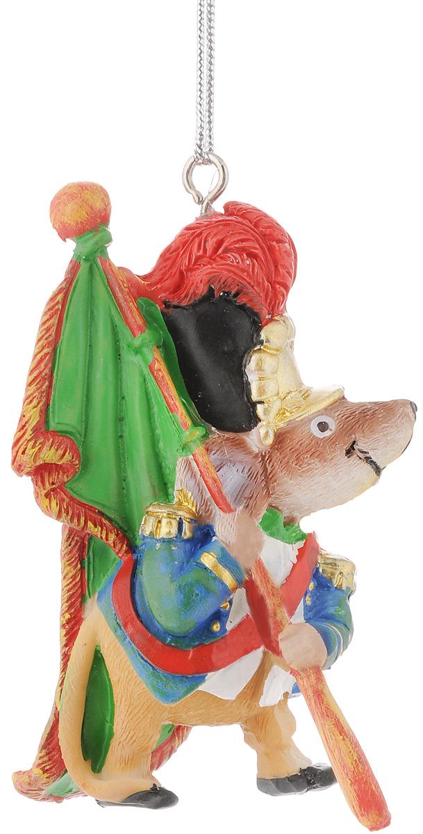 Украшение новогоднее подвесное Феникс-Презент Мышь-знаменосец, 5,8 х 3,8 х 8,3 см09840-20.000.00Новогоднее украшение Феникс-презент Мышь-знаменосец, изготовленное из высококачественного полирезина, прекрасно подойдет для праздничного декора дома и новогодней ели. С помощью специальной текстильной петельки его можно повесить в любом понравившемся вам месте. Но, конечно, удачнее всего такая игрушка будет смотреться на праздничной елке. Елочная игрушка - символ Нового года. Она несет в себе волшебство и красоту праздника. Создайте в своем доме атмосферу веселья и радости, украшая новогоднюю елку нарядными игрушками, которые будут из года в год накапливать теплоту воспоминаний.