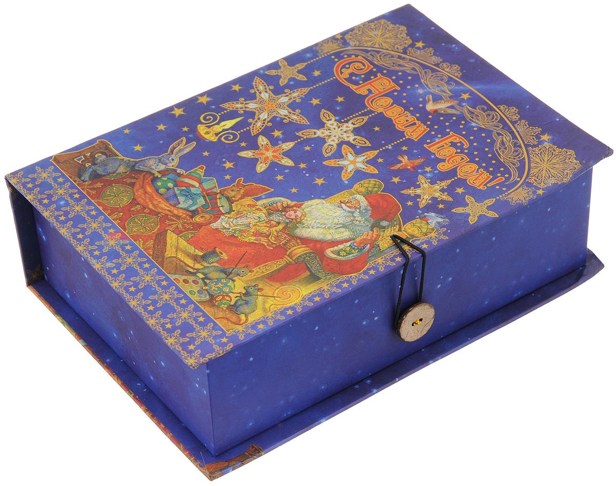 Коробка подарочная Феникс-Презент Мастерская Деда Мороза, 20 х 14 х 6 см27597Подарочная коробка Феникс-Презент Мастерская Деда Мороза, выполненная из плотного картона, закрывается на пуговицу. Крышка оформлена ярким изображением и надписью С Новым годом!.Подарочная коробка - это наилучшее решение, если вы хотите порадовать ваших близких и создать праздничное настроение, ведь подарок, преподнесенный в оригинальной упаковке, всегда будет самым эффектным и запоминающимся. Окружите близких людей вниманием и заботой, вручив презент в нарядном, праздничном оформлении.Плотность картона: 1100 г/м2.