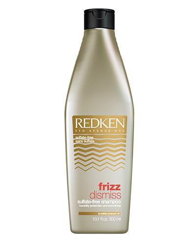 Redken Frizz Dismiss Шампунь 300 мл31701Тонкие, непослушные, пушащиеся волосы доставляют немало неприятностей своим хозяйкам. Они путаются после мытья, с трудом расчесываются, плохо укладываются в прическу и постоянно норовят наэлектризоваться под шапкой. Справиться с волосами такого типа без специальных средств непросто. Именно поэтому компания Redken разработала шампунь для гладкости и дисциплины волос Frizz Dismiss.