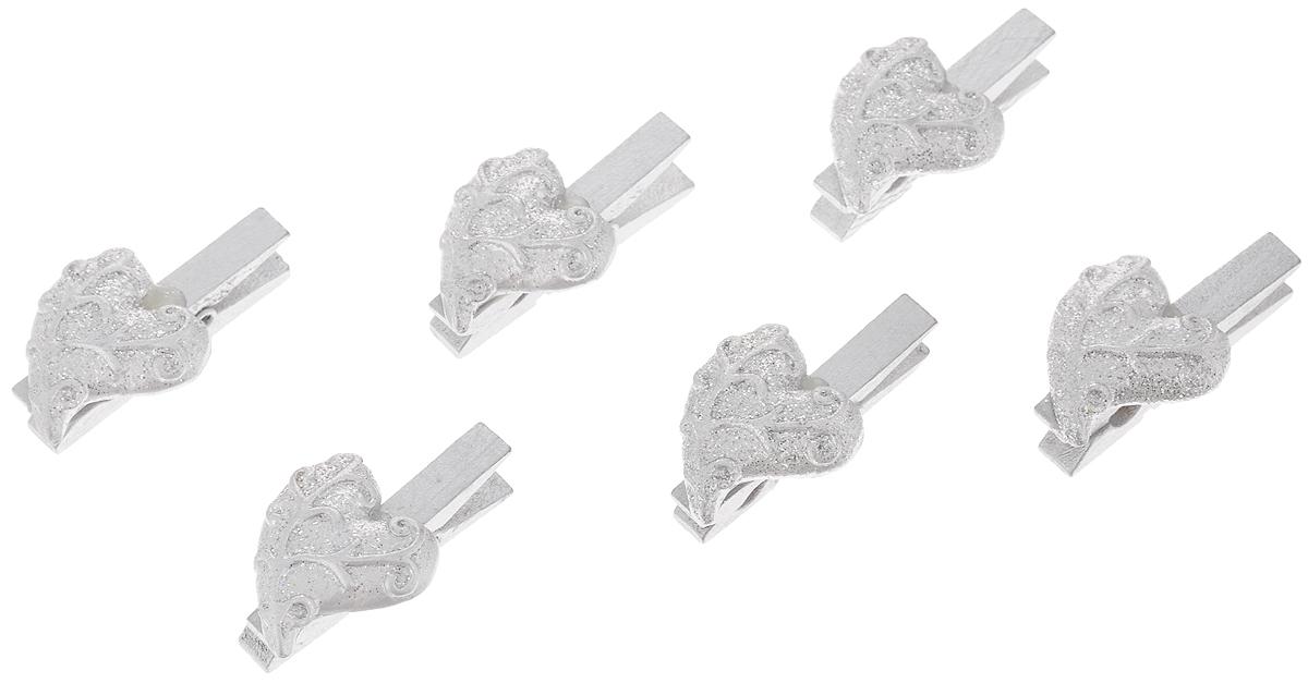 Набор новогодних украшений Феникс-Презент Серебряные сердца, на прищепках, 6 штRSP-202SНабор Феникс-Презент Серебряные сердца состоит из 6 декоративных украшений на прищепках, изготовленных из полирезина и древесины березы. Изделия станут прекрасным дополнением к оформлению вашего новогоднего интерьера. Они используются для развешивания стикеров на веревке, маленьких игрушек и многого другого. Оригинальность и веселые цвета прищепок будут радовать глаз и поднимут настроение. Длина прищепки: 4,5 см. Размер декоративной части прищепки: 2,7 х 2,5 см.