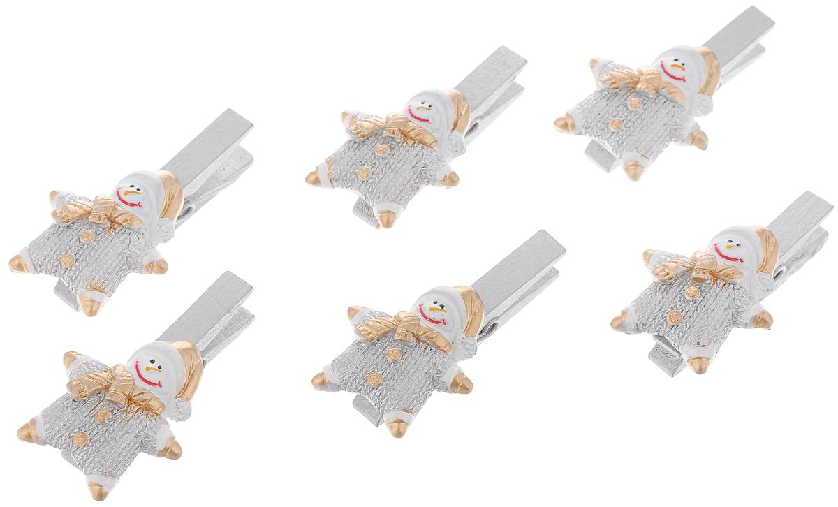 Набор новогодних украшений Феникс-Презент Снеговики в комбинезончиках, на прищепке, 6 шт627195_серебристый, оранжевыйНабор Феникс-Презент Снеговики в комбинезончиках состоит из 6 декоративных украшений - прищепок, изготовленных из полирезина и дерева. Изделия станут прекрасным дополнением к оформлению вашего новогоднего интерьера. Они используются для развешивания стикеров на веревке, маленьких игрушек и многого другого. Оригинальность и веселые цвета прищепок будут радовать глаз и поднимут настроение. Размер одной прищепки: 4,5 х 0,6 х 1,5 см.
