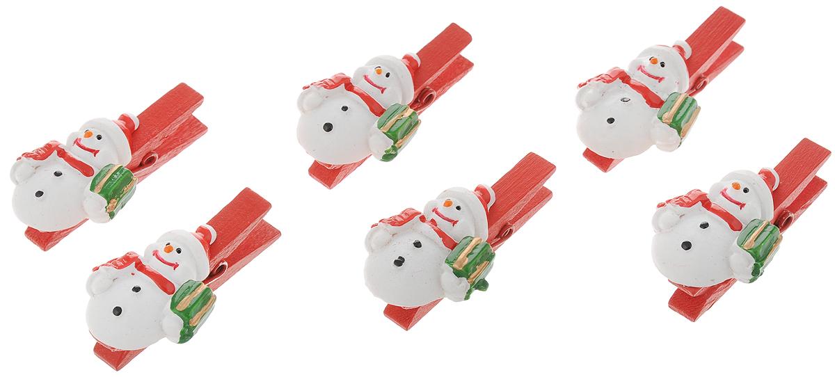 Набор новогодних украшений Феникс-Презент Снеговик с подарком, на прищепке, 6 штCHL-320DRНабор Феникс-Презент Снеговик с подарком состоит из 6 декоративных украшений - прищепок, изготовленных из полирезина и дерева. Изделия станут прекрасным дополнением к оформлению вашего новогоднего интерьера. Они используются для развешивания стикеров на веревке, маленьких игрушек и многого другого. Оригинальность и веселые цвета прищепок будут радовать глаз и поднимут настроение. Размер одной прищепки: 4,5 х 0,6 х 1,5 см.