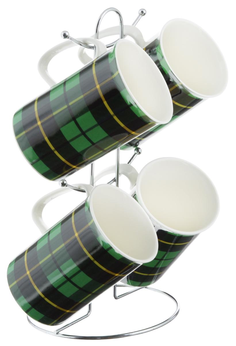 Набор кружек Loraine, цвет: зеленый, черный, 5 предметов. 24210_зеленыйVT-1520(SR)Набор Loraine состоит из 4 кружек и подставки. Кружки изготовлены из глазурованной керамики и украшены узором клетка. Теплостойкие ручки обеспечивают комфортное использование. Изящный дизайн придется по вкусу и ценителям классики, и тем, кто предпочитает современный стиль. Он настроит на позитивный лад и подарит хорошее настроение с самого утра. В комплекте - металлическая подставка с крючками для подвешивания кружек. Набор кружек - идеальный и необходимый подарок для вашего дома и для ваших друзей в праздники, юбилеи и торжества. Кружки подходят для мытья в посудомоечной машине, можно использовать в СВЧ и ставить в холодильник. Объем кружек: 320 мл. Диаметр кружки (по верхнему краю): 7,5 см. Высота кружки: 11 см. Размер подставки: 13 х 13 х 26,5 см.