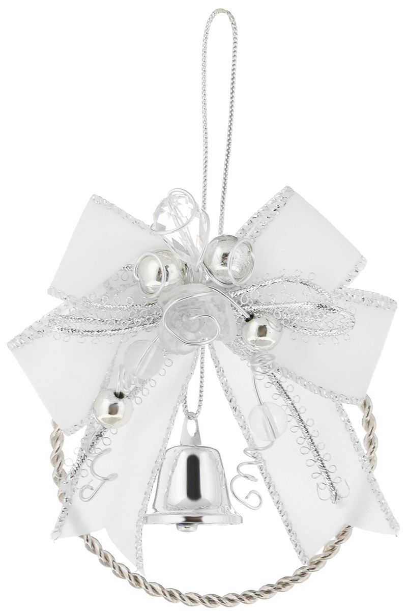 Украшение новогоднее подвесное Magic Time Колокольчик, цвет: белый, серебристый, диаметр 7,6 см41769Новогоднее подвесное украшение Magic Time Колокольчик изготовлено из высококачественного металла и полиэстера. Изделие выполнено в виде металлического кольца и украшено бантом, бусинами и колокольчиком. С помощью текстильной петельки его можно повесить в любом понравившемся вам месте. Но, конечно, удачнее всего такая игрушка будет смотреться на праздничной елке. Создайте в своем доме атмосферу веселья и радости, украшая новогоднюю елку нарядными игрушками, которые будут из года в год накапливать теплоту воспоминаний.Диаметр украшения: 7,6 см.