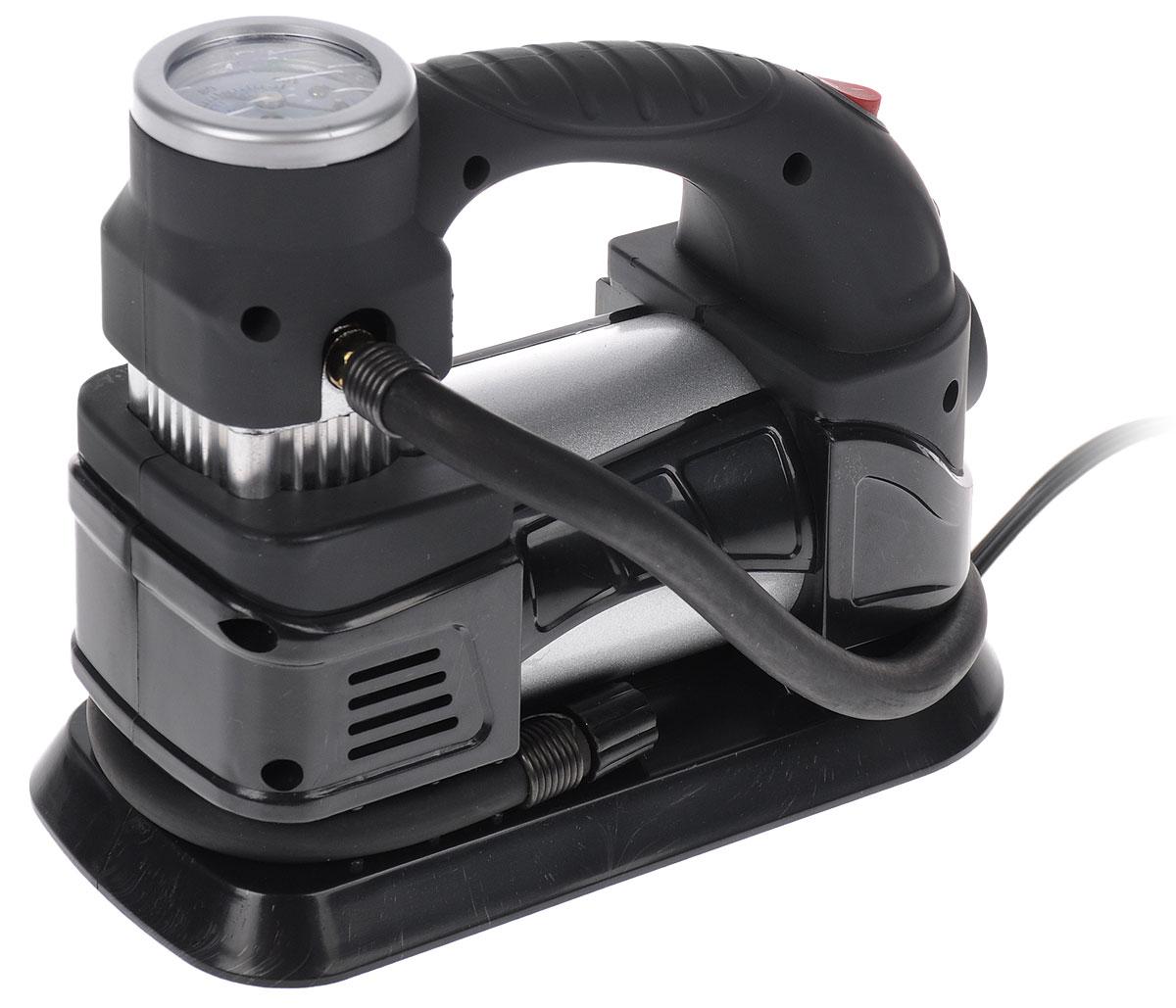 Компрессор автомобильный усиленный Runway Racing, в сумке, 12В. RR137SAC-180Усиленный автомобильный компрессор Runway Racing напряжением 12 В быстро накачает колеса автомобиля и другие изделия из резины. Работает от автомобильного прикуривателя или устройства с подобным гнездом на 12 В. Максимально потребляемый ток составляет 10 А. Компрессор оснащен манометром со шкалой до 100 PSI и встроенным фонарем.В комплекте сменные насадки для накачки и сумка для переноски и хранения.Мощность мотора: 120 Ватт. Диаметр цилиндра: 30 мм. Максимальное давление, создаваемое компрессором: 7,25 атм. Производительность: 30 л/мин.Длина шнура питания: 3 м.Длина шланга: 55 см.