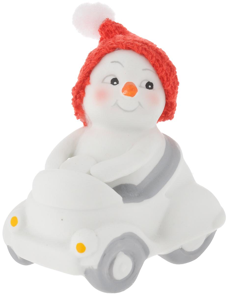 Фигурка новогодняя Феникс-Презент Снеговик в машине, высота 8 см. 4174709840-20.000.00Новогодняя фигурка Феникс-Презент Снеговик в машине прекрасно подойдет для праздничного декора вашего дома. Сувенир изготовлен из керамики в виде забавного снеговика. Шапочка выполнена из текстиля.Такая оригинальная фигурка красиво оформит интерьер вашего дома или офиса в преддверии Нового года. Создайте в своем доме атмосферу веселья и радости, украшая его всей семьей красивыми игрушками, которые будут из года в год накапливать теплоту воспоминаний.Размер фигурки: 7,5 х 5,5 х 8 см.