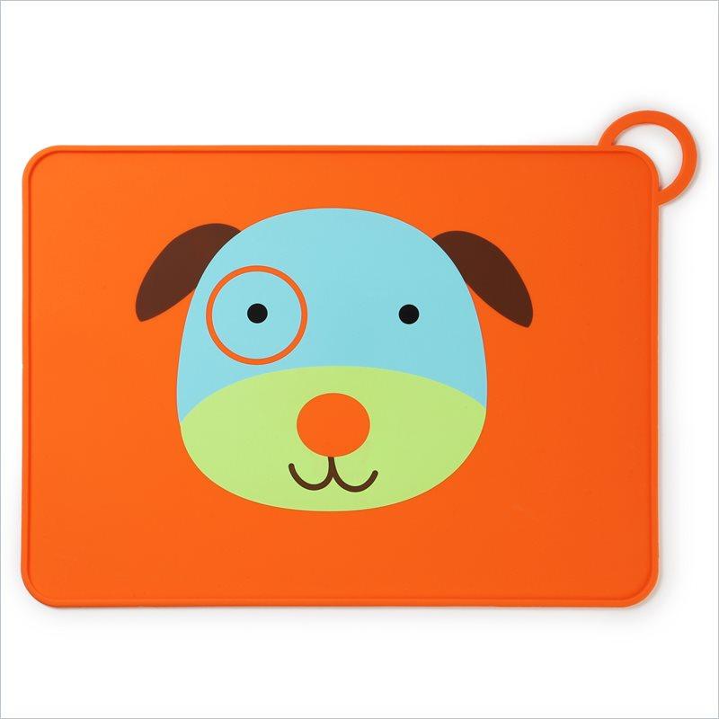 Skip Hop Коврик для столовых приборов Собака115510Замечательная подставка под тарелки Skip Hop Собака выполнена из пищевого силикона, обладает антибактериальными свойствами, легко моется, не впитывает запахи и жиры. Оснащена противоскользящей поверхностью, благодаря чему тарелка или чашка на коврике остается неподвижной. Специальные бортики по всему периметру предотвращают разлив супа или каши за края подставки. Коврик для столовых приборов Skip Hop компактно сворачивается и фиксируется эластичной петлей. Идеально впишется в любой интерьер кухни. Коврик удобно брать с собой в гости, места общественного питания. Он не занимает много места в сумке. Не содержит бисфенола А, латекса и фталатов.