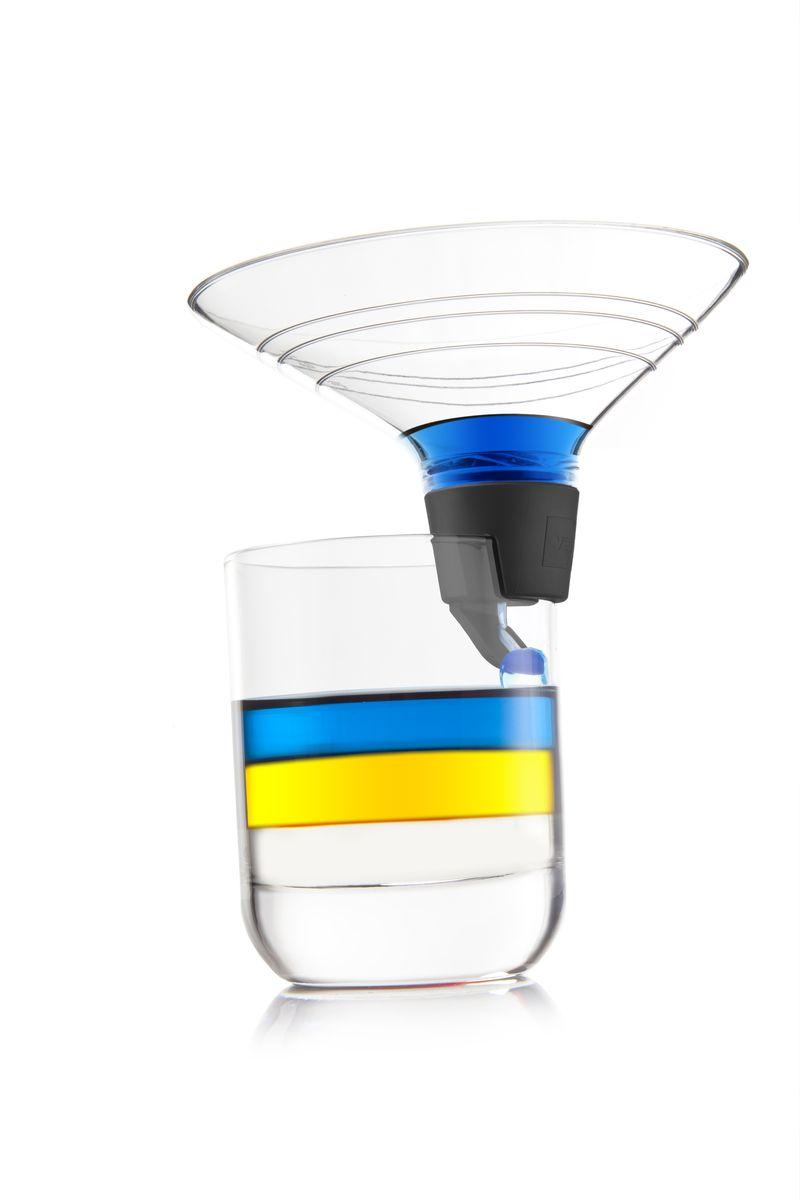 Воронка для многослойных коктейлей Layering Tool VacuVin, цвет: серыйFD-59Теперь не обязательно быть профессионалом, чтобы приготовить многослойный коктейль. Благодаря новинке VacuVin - воронке для многослойных коктейлей, бармен-любитель тоже может создать идеальный многослойный коктейль. Специальный дизайн замедляет стекание жидкости в бокал, позволяя создать красивые слои из жидкостей различной плотности. Мерные насечки на воронке нанесены с учетом часто использующихся для коктейлей объемов. После использования, снимите резиновый держатель и тщательно его промойте. C воронкой VacuVin приготовление многослойных коктейлей доступно каждому!