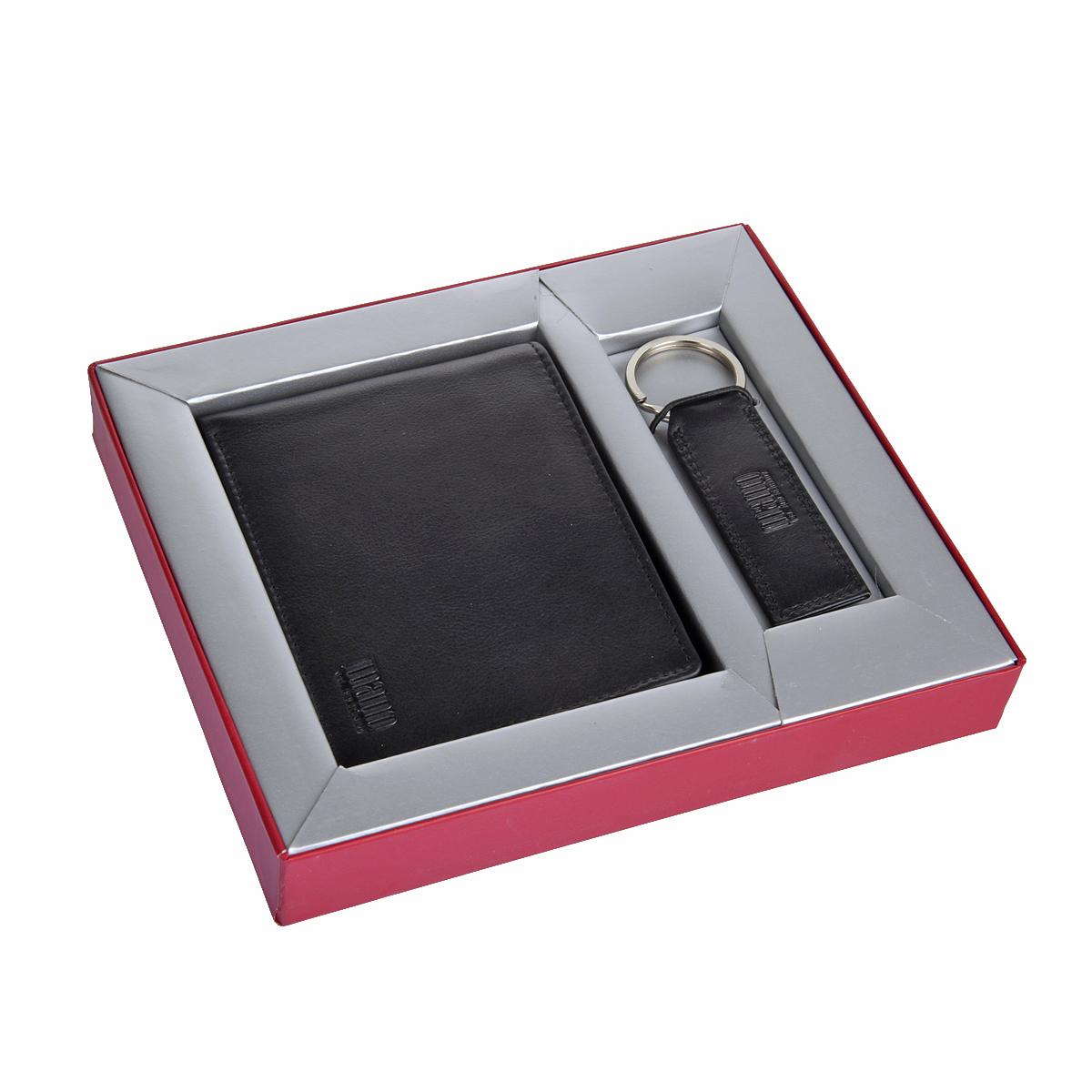 Комплект аксессуаров Mano, цвет: черный. 19031ERJAA03224-WBT0Комплект Mano состоит из портмоне и брелока. Портмоне раскладывается пополам,внутри два отдела для купюр, карман для мелочи на кнопке, потайной карман, четыре кармана для документов, сетчатый карман, восемь кармашков для пластиковых карт. Размеры портмоне 10 см х 12,5 см х 3 см. Брелок оснащен кольцом для ключей. Размеры брелока 10,5 см х 3 см.