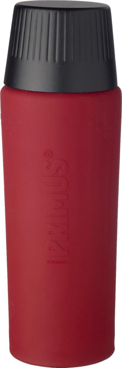 Термос Primus TrailBreak EX Barn Vacuum Bottle, цвет: красный, черный, 750 мл737955Термос из новой коллекции экспедиционных термосов шведской компании Primus. Его главные достоинства - надежность, эффективность, функциональность и стильный дизайн. Термос сделан из высокопрочной нержавеющей стали (двустенный - вакуумная технология) и оснащен силиконовым рукавом, защищающим руки от прикосновения к металлу на холоде (морозе). Кроме того, силикон препятствует случайному выскальзыванию термоса из рук. Крышка также имеет двойные стенки и изготовлена из нержавеющей стали, поэтому напиток в ней дольше сохраняет заданную температуру. Термос комплектуется двумя пластиковыми пробками: стандартной и с системой ClickClose (для наливания напитка необходимо просто повернуть крышку).Благодаря конусовидной форме термос легче размещать в рюкзаке или сумке. Объем термоса: 750 мл.