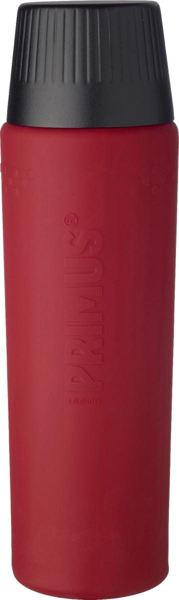 Термос Primus TrailBreak EX Barn Vacuum Bottle, цвет: красный, 1 л737956Термос из новой коллекции экспедиционных термосов шведской компании Primus. Его главные достоинства - надежность, эффективность, функциональность и стильный дизайн. Термос сделан из высокопрочной нержавеющей стали (двустенный - вакуумная технология) и оснащен силиконовым рукавом, защищающим руки от прикосновения к металлу на холоде (морозе). Кроме того, силикон препятствует случайному выскальзыванию термоса из рук. Крышка также имеет двойные стенки и изготовлена из нержавеющей стали, поэтому напиток в ней дольше сохраняет заданную температуру. Термос комплектуется двумя пластиковыми пробками: стандартной и с системой ClickClose (для наливания напитка необходимо просто повернуть крышку).Благодаря конусовидной форме термос легче размещать в рюкзаке или сумке. Объем термоса: 1000 мл.