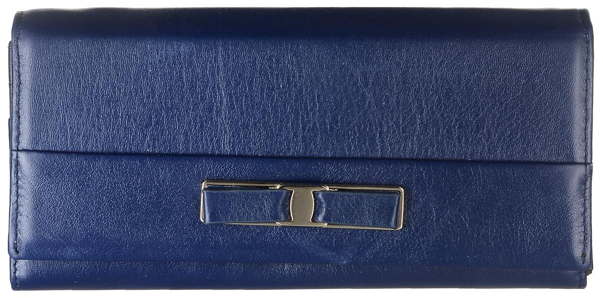 Кошелек женский Janes Story, цвет: темно-синий. PJ53-035-3-82BM8434-58AEКошелек Janes Story выполнен из натуральной кожи зернистой текстуры и оформлен декоративным бантиком. На тыльной стороне расположен вместительный карман для мелочи на застежке-молнии. Изделие закрывается клапаном на кнопку. Внутри расположено шесть вместительных отделений для купюр, два из которых на молниях. Также внутри находится карман для мелких бумаг, карман на молнии для мелочи и пять вертикальных карманов для визитных и дисконтных карт, один из которых с прозрачным окошком. Изделие упаковано в фирменную коробку.