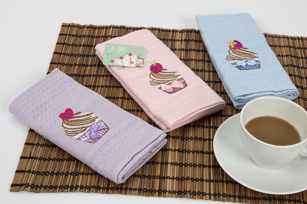 Набор кухонных салфеток Karna Cupcake, 40 х 60 см, 3 штVT-1520(SR)Набор Karna Cupcake, выполненный из 100% хлопка, состоит из 3 прямоугольных салфеток. Изделия гипоаллергенны, отлично впитывают влагу, быстро сохнут, сохраняют яркость цвета и не теряют форму даже после многократных стирок. Такие салфетки очень практичны и неприхотливы в уходе.