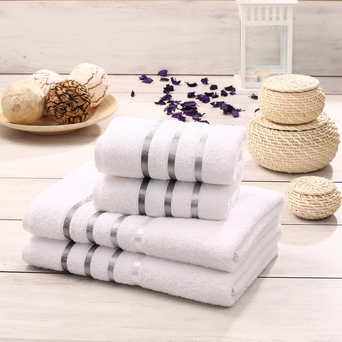 Набор полотенец Karna Bale, цвет: белый, 4 шт953/CHAR014Набор Karna Bale включает 2 полотенца для лица, рук и 2 банных полотенца. Изделия выполнены из высококачественного хлопка с отделкой в виде полос. Каждое полотенце отличается нежностью и мягкостью материала, утонченным дизайном и превосходным качеством. Они прекрасно впитывают влагу, быстро сохнут и не теряют своих свойств после многократных стирок. Такой набор создаст в вашей ванной царственное великолепие и подарит чувство ослепительного торжества. А также станет приятным подарком для ваших близких или друзей. Набор украшен текстильной лентой.