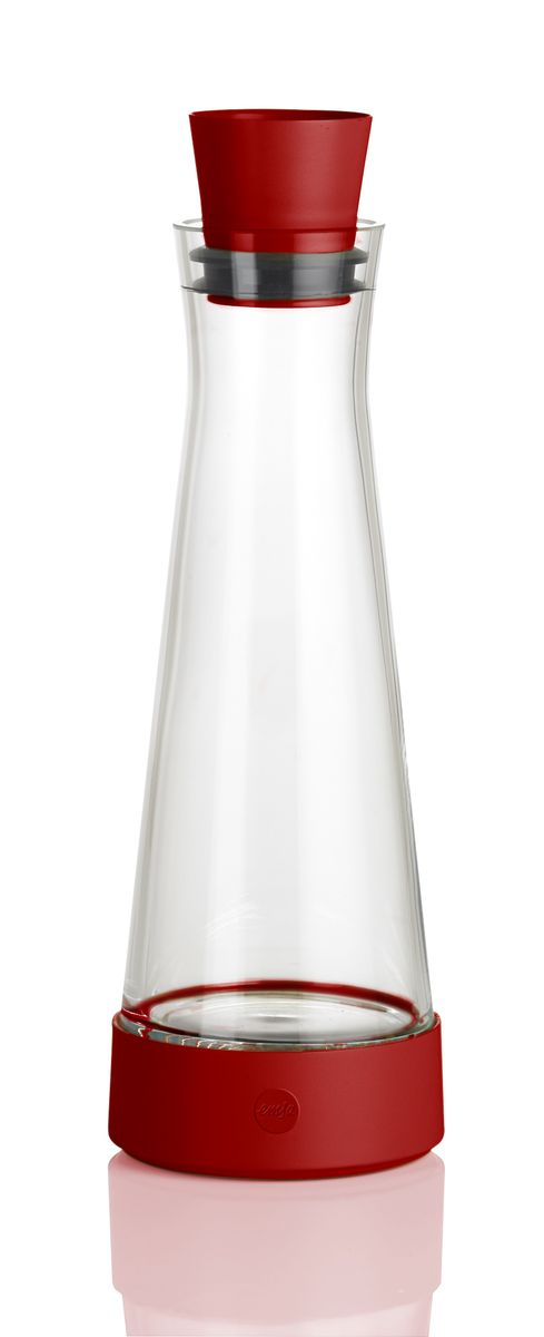 Графин Emsa Flow Slim, с термоэлементом, цвет: красный, 1 лVT-1520(SR)Графин Emsa Flow Slim с охладительной подставкой, изготовлен и высококачественной комбинации стекла и пластика. В подставке установлен уникальный аккумулятор холода, благодаря которому, напиток остается холодным до 4 часов. Пробка-дозатор оснащена автоматически закрывающимся клапаном. Графин вмещается во все ходовые дверные полки холодильника. Можно мыть в посудомоечной машине.