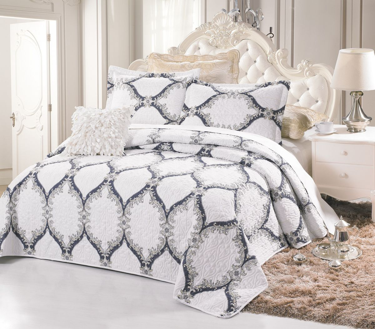 Комплект для спальни Cleo Беливия: покрывало 230 х 250 см, 2 наволочки 50 х 70 смFD-59Изысканный комплект для спальни состоит из покрывала и двух наволочек. Изделия выполнены из высококачественного полиэстера, легкие, прочные и износостойкие. Полиэстер - это вид ткани, который состоит из полиэфирных волокон. Ткани из полиэстера - легкие, прочные и износостойкие.Свойства полиэстера:- не мнется.- легко стирается.- после стирки быстро сохнет.- не растягивается и не садится.Размер покрывала: 230 х 250 см.Размер наволочки: 50 х 70 см.