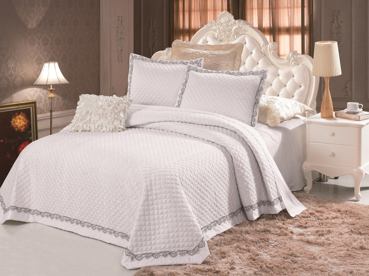 Комплект для спальни Cleo: покрывало 230 х 250 см, 2 наволочки 50 х 70 см, цвет: белыйBL-1BКомплект для спальни Cleo состоит из покрывала и двух наволочек. В коллекции используется самый износостойкий материал - полиэстер. Он выдерживает многократные стирки, сохраняет форму и цвет, не изнашивается. Ваша спальня будет всегда стильной и индивидуальной. Коллекция покрывал с наволочками Cleo - идеальный подарок на свадьбу, юбилей и любое торжество!