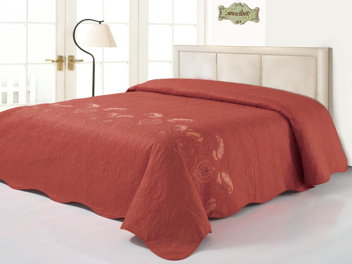 Покрывало Cleo, цвет: коричнево-красный, 240 х 260 см1004900000360Коллекция покрывал Cleo Сатин с вышивкой - искушение и стиль для ценителей качества! Сатин - это ткань из 100% хлопка, сатинового переплетения, имеет гладкую, шелковистую лицевую поверхность.Красивые, яркие, легкие и в меру объемные покрывала - они становятся настоящим украшением, завершающим штрихом интерьера, который преображает помещение, делая его уютным и комфортным.