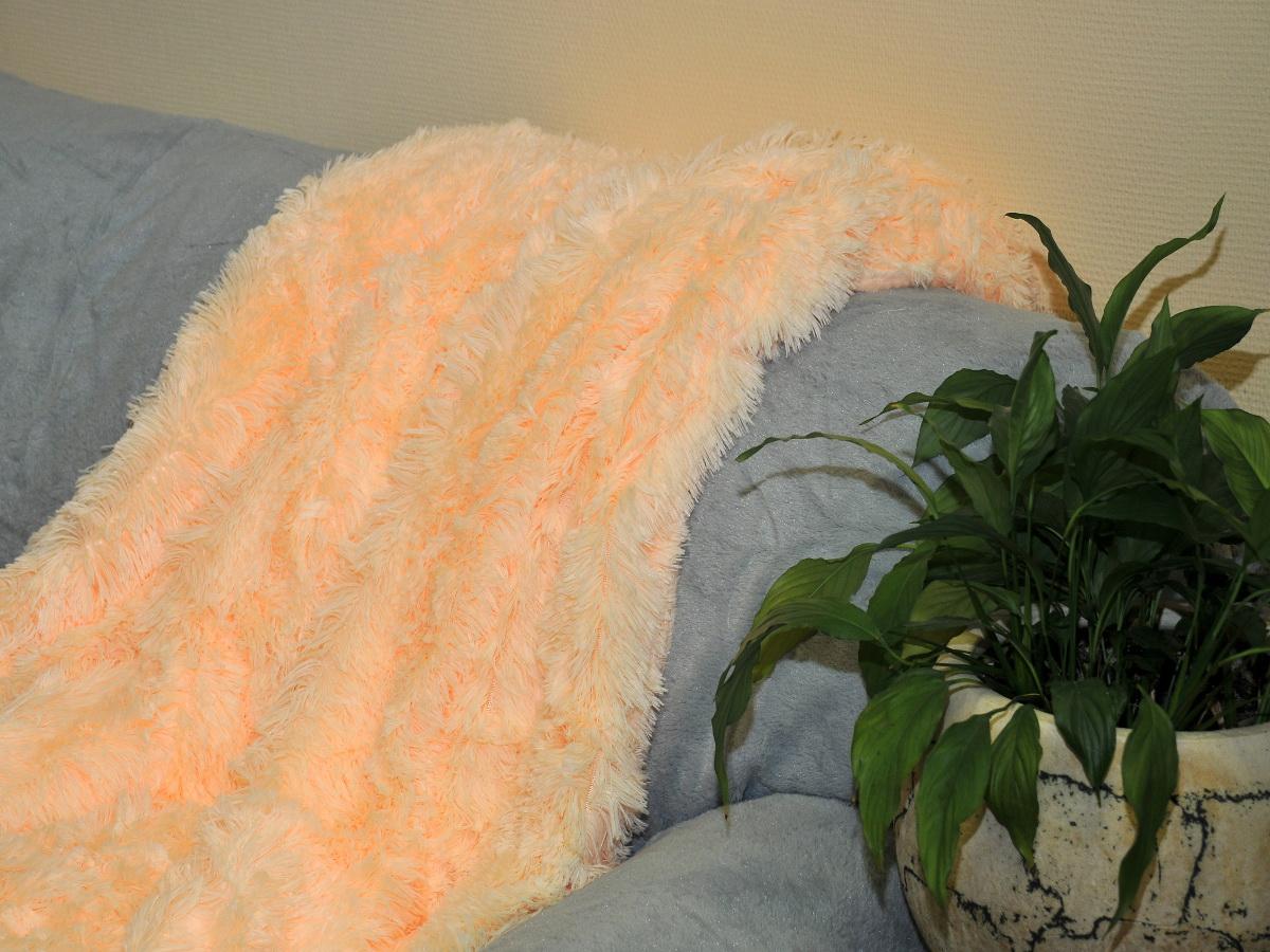 Покрывало Cleo Конфетти, цвет: светло-персиковый, 220 x 240 см1004900000360Покрывало Cleo из искусственного меха порадует вас своим дизайном и качеством исполнения. Покрывала из искусственного меха (акрил) универсальны в использовании: их можно положить на кровать для украшения интерьера, использовать вместо одеяла или пледа, как накидку на кресло или диван, оно также может заменить на полу шкуру животного. Современные технологии позволяют делать ворс разной длины, фактуры и цвета, что делает коллекцию реалистичной визуально и тактильно. Такие меховые покрывала обладают рядом преимуществ: они износостойкие, не теряют форму, не выгорают и не садятся при стирке, стираются легко, сохнут быстро. Акрил является синтетическим материалом, в нем не живут микроорганизмы, поэтому он гипоаллергенный. Оригинальное меховое покрывало стильно дополнит интерьер спальни и сохранит безупречный внешний вид на долгие годы. Покрывала Cleo - это экологичность и стиль.