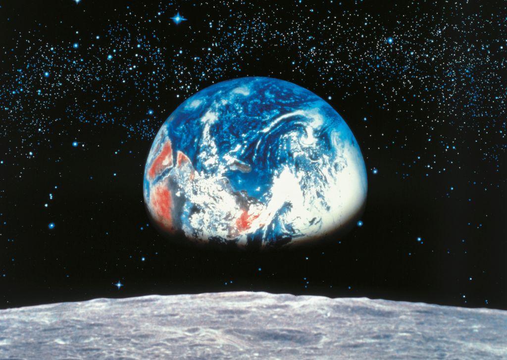 Фотообои Komar Земля. Луна, 3,88 х 2,7 м0401-15-22Бумажные фотообои известного бренда Komar позволят создать неповторимый облик помещения, в котором они размещены. Фотообои наносятся на стены тем же способом, что и обычные обои. Благодаря превосходной печати и высококачественной основе такие обои будут радовать вас долгое время. Фотообои снова вошли в нашу жизнь, став модным направлением декорирования интерьера. Выбрав правильную фактуру и сюжет изображения можно добиться невероятного эффекта живого присутствия.Ширина рулона: 3,88 м.Высота полотна: 2,7 м. Клей в комплекте.