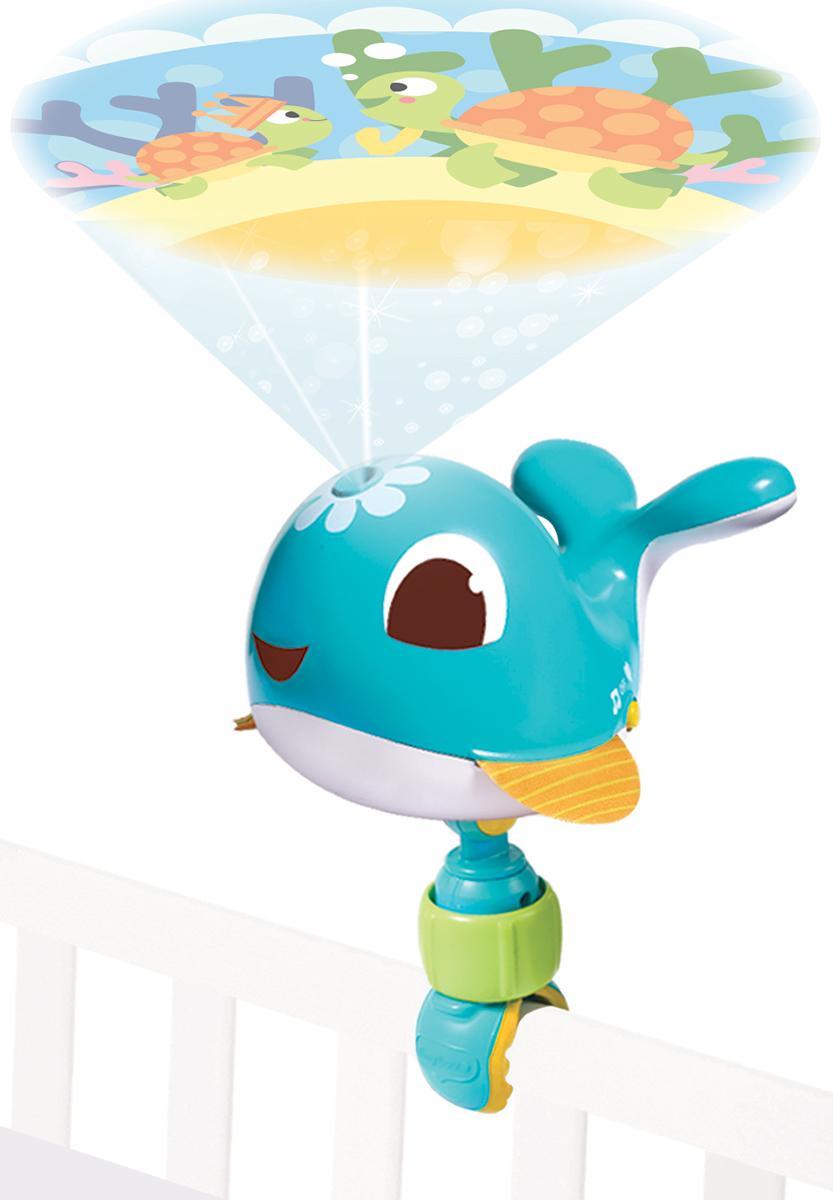 Tiny Love Игрушка-проектор Коди1304306830Игрушка-проектор Tiny Love Коди имеет небольшие габариты, что позволяет брать его с собой в поездки. Малыш везде будет чувствовать себя как дома и не станет капризничать.На непрерывном изображении сменяют друг друга 8 сюжетов, которые помогут ребенку понять смену дня и ночи и познакомят его с морскими обитателями. Проектор можно как поставить на стол, так и установить на кроватку при помощи универсальной съемной клипсы.Особенности:30 минут колыбельных и белого шума; управление громкостью; бесшумный режим работы; полноцветное изображение; бесконечная картинка (360 градусов); изображение проецируется только в одном направлении, что позволяет избежать попадания света на ребенка и не раздражает его.Необходимо купить 3 батарейки напряжением 1,5V типа АА (не входят в комплект).