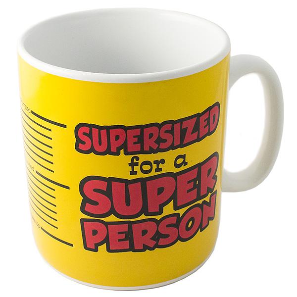 Кружка Эврика Гигант. Для Супер-персоны, цвет: желтый68/5/4Кружка Эврика Гигант. Для Супер-персоны выполнена из керамики и оформлена надписью Supersized for a Super Person.Эта большая кружка - веселый подарок-намек для человека, умеющего впечатлять. Удобная широкая ручка под крепкую руку, внушительный объем и простота дизайна - три слагаемых, дающих в сумме хороший подарок - кружку настоящего мужчины.
