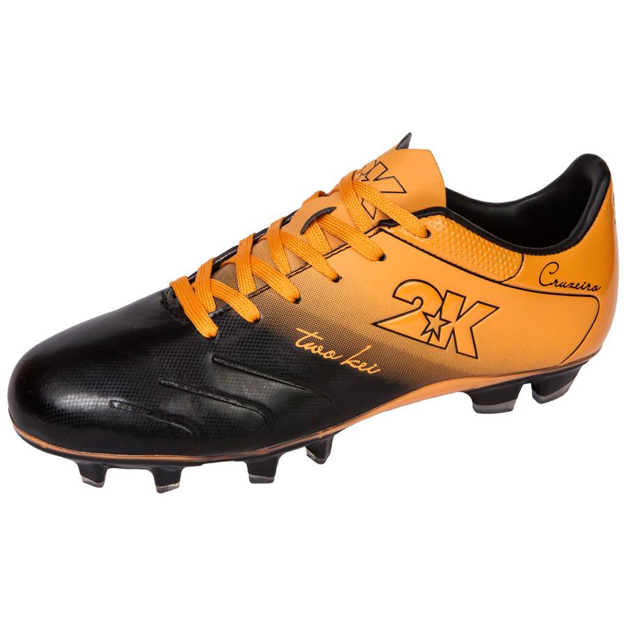 Бутсы футбольные 2K Sport Cruzeiro, цвет: черный, оранжевый. Размер 39DRIW.611.INЯркие футбольные бутсы 2K Sport Cruzeiro, выполненные из микрофибры в современном стиле, подойдут для натуральных и искусственных покрытий. Облегченная, износостойкая подошва, конфигурация которой приближена к форме стопы, способствует комфорту и хорошей чувствительности при игре. Бесшовная конструкция верха. Бутсы оснащены пластиковой усилительной вставкой (супинатором). Эргономичная стелька. 2 пары шнурков разного цвета в комплекте.