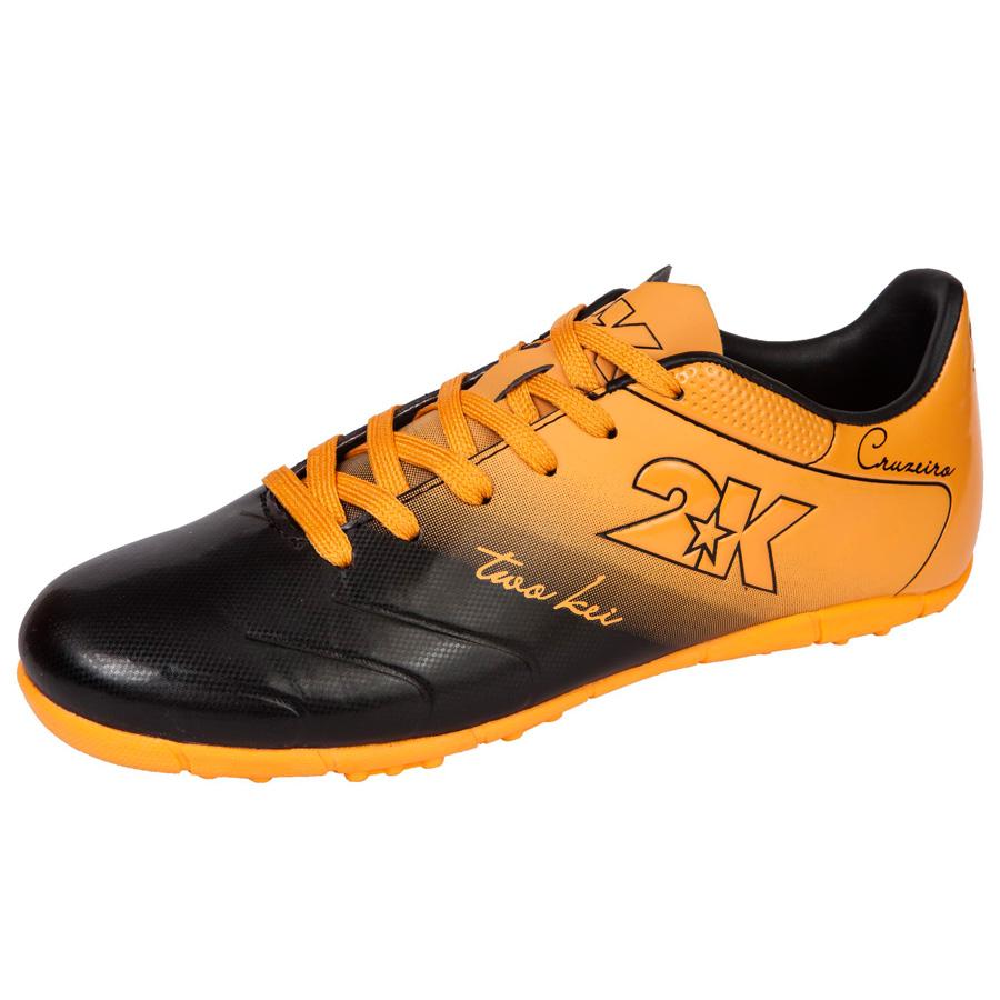 Бутсы футбольные 2K Sport Cruzeiro, цвет: черный, оранжевый. 125523. Размер 37SUPEW.410.PSЯркие футбольные бутсы 2K Sport Cruzeiro, выполненные из микрофибры в современном стиле, подойдут для натуральных и искусственных покрытий. Облегченная, износостойкая подошва, конфигурация которой приближена к форме стопы, способствует комфорту и хорошей чувствительности при игре. Бесшовная конструкция верха. Бутсы оснащены пластиковой усилительной вставкой (супинатором). Эргономичная стелька. 2 пары шнурков разного цвета в комплекте.