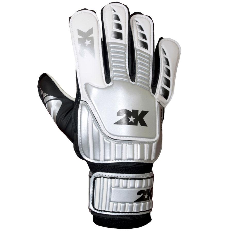 Перчатки вратарские 2K Sport Wittem, цвет: белый, серебристый, черный. Размер 10105352K Sport Wittem - это отличный вариант для начинающих вратарей. Ладонь, выполненная из латексной пены, обеспечивает отличное сцепление даже при игре в дождливую погоду. Оригинальные манжеты с технологией анатомической поддержки руки препятствуют травмам. Широкая застежка по всей длине запястья обеспечивает плотное облегание кисти рук вратаря.Обхват ладони 27 см.