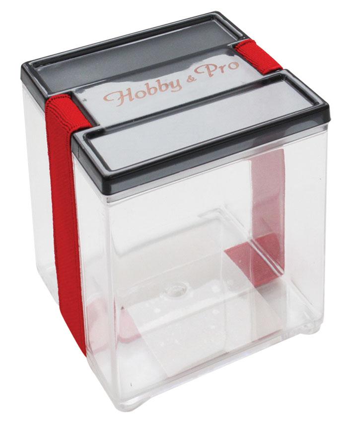 Контейнер для мелочей Hobby & Pro, с фиксирующей резинкой, 8,5 х 8,5 х 9 см74-0060Контейнер для мелочей Hobby & Pro изготовлен из прозрачного пластика, что позволяет видеть содержимое. Подходит для хранения швейных принадлежностей, рыболовных снастей, мелких деталей и других бытовых мелочей. Крышка плотно закрывается благодаря фиксирующей резинке. Такой контейнер поможет держать вещи в порядке.