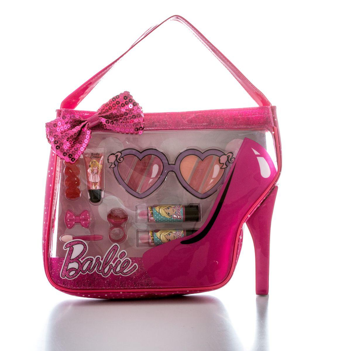 Markwins Игровой набор детской декоративной косметики Barbie в сумочкеMFM-3101Косметика на водной основе легко наносится и смывается, она совершенно безопасна для детской кожи. Детская косметика Markwins создана с соблюдением самых высоких европейских стандартов безопасности. Продукция не содержит парабенов, метилизотиазолинона, пальмового масла.Предназначена для детей от 7 лет. В комплекте: блеск для губ в тубе, губные помады в футлярах 2 шт, блеск для губ в колечке, палитра блесков для губ из 6 оттенков, заколочки для волос 2 шт, аппликатор, сумочка.Несмотря на высокое качество продукции и ее общую гипоаллергенность, производитель рекомендует проверить индивидуальную реакцию на косметику перед ее использованием. Просто нанесите на кожу немного косметики и подержите 30-60 минут. Если на коже появится покраснение, следует прекратить использование продукции. Эта аллергическая реакция проявляется очень редко и зависит от индивидуальных особенностей организма.