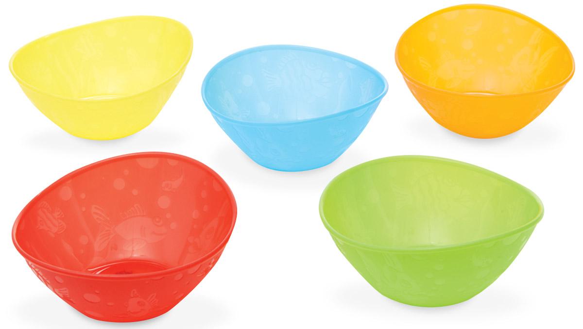 Munchkin Набор детских мисок 5 шт 1138811388_голубой, салатовый, желтый, оранжевый, красныйЯркие миски из набора Munchkin прекрасно подойдут для кормления малыша от 6 месяцев и самостоятельного приема им пищи. Миски выполнены из прочного безопасного пластика насыщенных цветов, не содержащего бисфенол А и фталаты, и оформлены рельефными дизайнерскими рисунками в виде рыбок. Миска подходит для использования в микроволновой печи. Можно мыть на верхней полке в посудомоечной машине. Кредо Munchkin, американской компании с 20-летней историей: избавить мир от надоевших и прозаических товаров, искать умные инновационные решения, которые превращают обыденные задачи в опыт, приносящий удовольствие. Понимая, что наибольшее значение в быту имеют именно мелочи, компания создает уникальные товары, которые помогают поддерживать порядок, организовывать пространство, облегчают уход за детьми - недаром компания имеет уже более 140 патентов и изобретений, используемых в создании ее неповторимой и оригинальной продукции. Munchkin делает жизнь родителей легче!