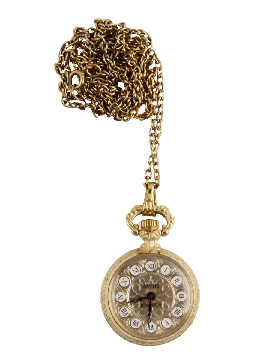Изящные дамские часы на цепочке от Avon. Металл, стекло, кварцевый часовой механизм. Avon, США, вторая половина XX векаBP-001 BKИзящные дамские часы на цепочке от Avon. Металл, стекло, кварцевый часовой механизм. Avon, США, вторая половина XX века. Диаметр 2,5 см, длина цепочки 78 см. Сохранность хорошая. Часы в рабочем состоянии. Оригинальные дамские часы-подвеска в металлическом корпусе золотого оттенка. На обороте - изображение дамы с сумочкой, над которым выгравирован год выпуска. Стильный акцент винтажного образа и оригинальная идея для подарка!