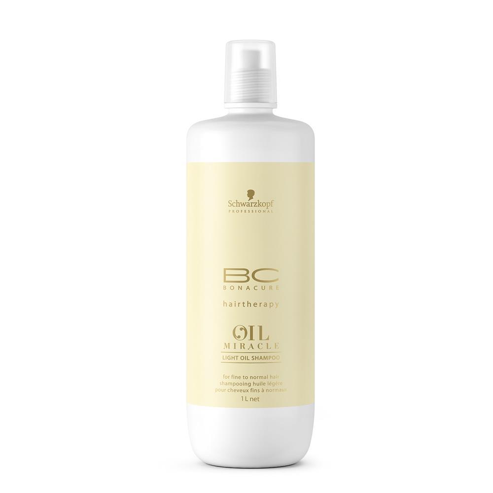 Bonacure Блеск Шампунь Oil Miracle Light для тонких волос 1000 млMP59.4DДля ежедневного максимально мягкого очищения тонких волос и придания им большей силы и пышности лаборатория немецкой косметической компании Schwarzkopf разработала специальный шампунь для тонких волос Bonacure Oil Miracle Light Shampoo. Этот профессиональный продукт имеет уникальную формулу, которая не содержит силиконов, неприятно утяжеляющих пряди. По этой причине волосы не утрачивают естественного объема и остаются продолжительное время воздушными и свежими.Данный шампунь в своем составе содержит сбалансированное сочетание масел марулы и арганы, в результате чего волосы получают требуемое им питание, становятся более крепкими на уровне кортекса и разглаживаются от корней до кончиков. Каждая последующая процедура делает их все более гладкими и шелковистыми, роскошными и блестящими. Еще аргановое масло обладает сильными антиоксидантными свойствами, что позволяет полностью распрощаться с проблемами хрупких стержней волос и посеченных кончиков.Благодаря присутствию специального комплекса кондиционирующих агентов шампунь для тонких волос Bonacure Oil Miracle способен обеспечить прядям надлежащий уровень смягчения, что существенно упрощает и делает более быстрым как само расчесывание, так и процедуру создания укладки. Также средство позволяет предупредить возникновения спутанности и наэлектризованности волос.