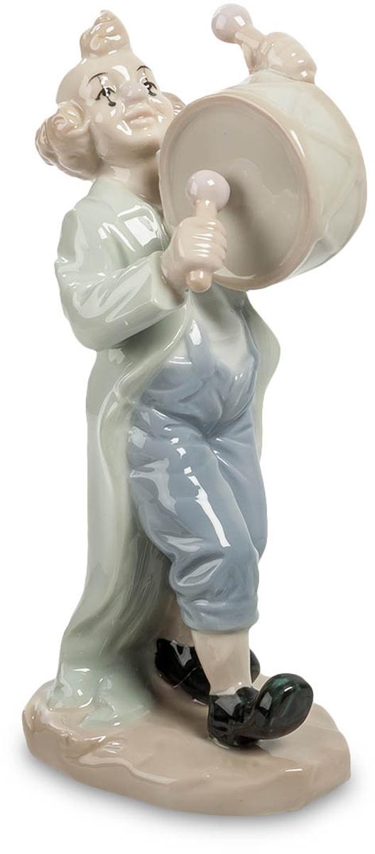 Фигурка декоративная Pavone Клоун. JP-19/ 6JP-19/ 6Декоративная фигурка Pavone Клоун станет оригинальным подарком для всех любителей стильных вещей. Сувенир выполнен из высококачественного фарфора. Изысканный сувенир станет прекрасным дополнением к интерьеру. Вы можете поставить фигурку в любом месте, где она будет удачно смотреться и радовать глаз. Размеры фигурки: 7,5 см х 6 см х 16 см.