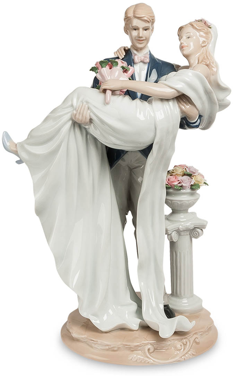 Фигурка Pavone Молодожены. JP-15/ 474-0120Фигурка Молодожёнов высотой 35 см.Прекрасная традиция - заходить в новое жилище с невестой на руках. Главное, что бы жилище было не на 25-м этаже!