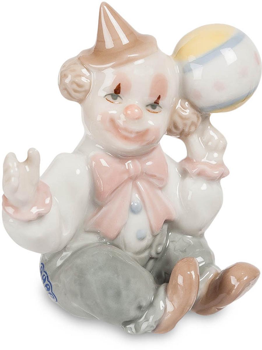 Фигурка Pavone Клоун. CMS-23/18THN132NФигурка Клоун (Pavone) Это не маленький ребенок, это цирковой клоун, притворяющийся ребенком. Это для клоунов дело привычное – изображать детей на глазах у публики. Колпак набекрень, в руке мячик. Не хотите со мной поиграть? Ну, тогда я сам играть буду, а вы сидите и смейтесь, потому что я даже простую игру с мячом могу сделать уморительно смешной. Я все время улыбаюсь, и только глаза могут выдать, что мне совсем не смешно – просто работа такая. А улыбка – так она просто нарисована. Зато у вас улыбки будут самые настоящие, от души. Веселить-то я умею!. Подарите фигурку человеку, который умеет веселить всех. Ему обязательно понравится.