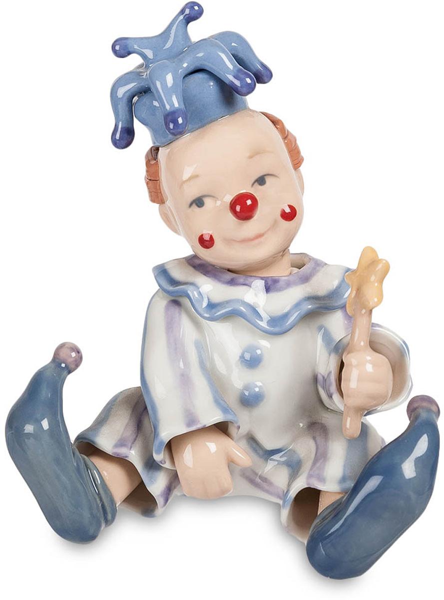 Фигурка Pavone Клоун. CMS-23/1974-0120Фигурка Клоун (Pavone) Для того чтобы вызывать у себя милые и светлые воспоминания о своем детстве, достаточно приобрести забавную фигурку веселого клоуна. Стоит поставить его на самом видом месте, и можно не заметить, что при каждом взгляде на него, у вас непроизвольно появляется добрая улыбка, а настроение, несомненно, только улучшится. Ничто так не дается нам дешево, и не ценится так дорого, как такие безделушки, значение которых очень трудно переоценить. На фоне больших и громоздких, серьезных преподношений, ваш клоун обязательно сможет разрядить обстановку, создаст праздничную атмосферу и подарит всем гостям и виновнику торжества много радости. А если учесть, что все фигурки компании-производителя Pavone выпускаются ограниченным тиражом, то эксклюзивность такого подарка только увеличится.