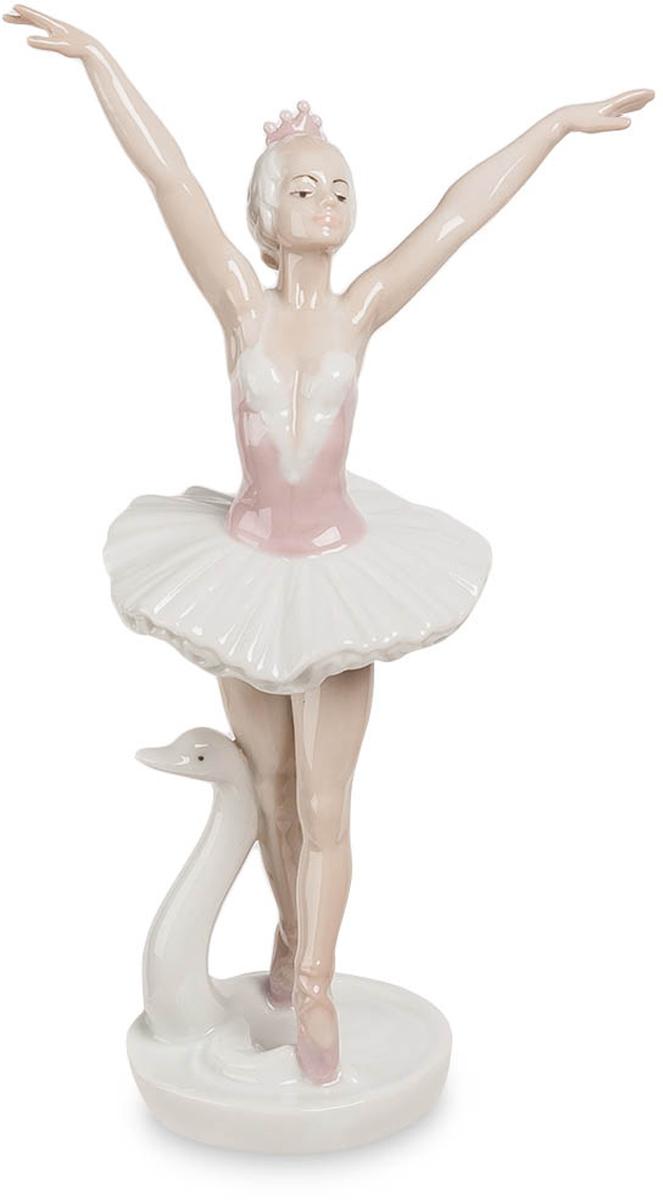 Фигурка декоративная Pavone Балерина. JP-27/ 3JP-27/ 3Декоративная фигурка Pavone Юный учитель станет оригинальным подарком для всех любителей стильных вещей. Сувенир выполнен из высококачественного фарфора. Изысканный сувенир станет прекрасным дополнением к интерьеру. Вы можете поставить фигурку в любом месте, где она будет удачно смотреться и радовать глаз. Изделие упаковано в подарочную коробку с атласной подложкой. Размеры фигурки: 10 х 5 х 8,5 см.