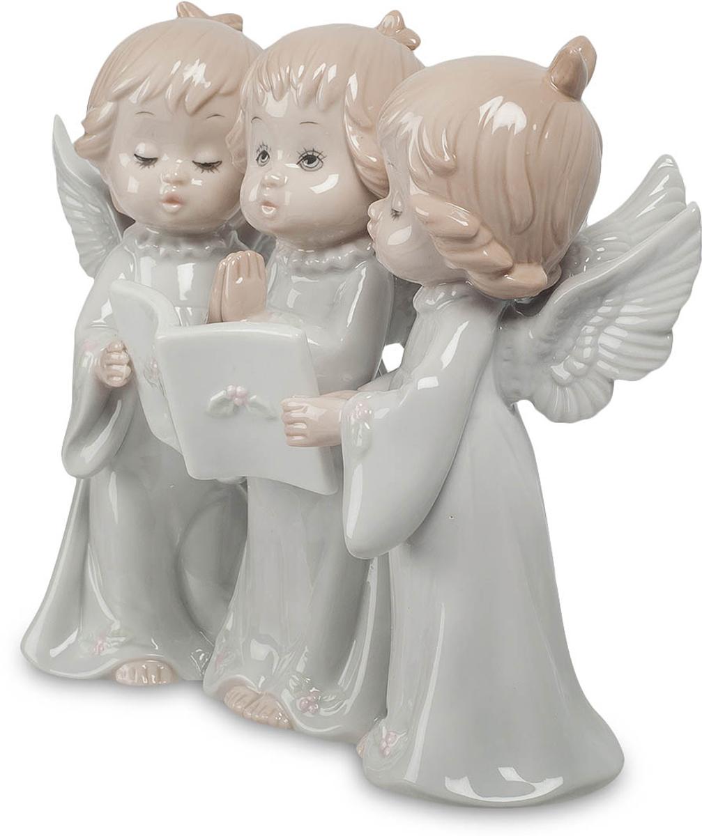 Фигурка Pavone Три ангела. JP-05/1341619Фигурка Ангелочков высотой 16 см.Фигурка символизирует знаменитую Святую Троицу - символ православия.Три малыша поют песню. И не простую, а молитву, обращаясь к божественным силам. Ручки среднего сложены в молитвенном жесте, двое крайних поддерживают перед ним книгу с текстом песни-молитвы, хоть и смотрит он не в нее, а ввысь и вдаль, туда, куда обращена его песня. Ангельскими голосами поют малыши, да и сами они – настоящие ангелочки, не только из-за своей чистой красоты, но и благодаря крылышкам, которые у каждого из них трепещут за спиной. Подарить такую композицию можно молодой маме, ребенок которой уже научился красиво петь, а в дальнейшем ангельские крылья смогут занести его на вершину славы.